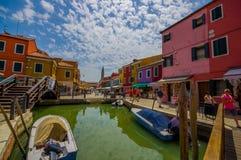 BURANO, ITALIA - 14 GIUGNO 2015: Vista piacevole dal ponte in Burano, canale dell'acqua con le case del colorfull dai lati Fotografia Stock