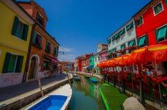 BURANO, ITALIA - 14 GIUGNO 2015: Vista piacevole dal ponte in Burano, canale dell'acqua con le case del colorfull dai lati Fotografie Stock