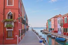 BURANO, ITALIA - 2 settembre 2016 bella via di A, canale sull'isola di Burano con le case variopinte e luminose sulla a immagine stock