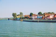 Burano, Italia, 2016, vista della via Vecchie città e barche ` s un tra immagini stock