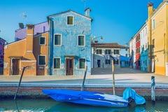 Burano, Italia, 2016, vista della via Vecchie città e barche ` s un tra Fotografie Stock Libere da Diritti