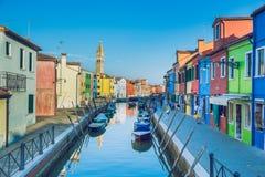Burano, Italia, 2016, vista della via Vecchie città e barche ` s un tra Fotografia Stock Libera da Diritti