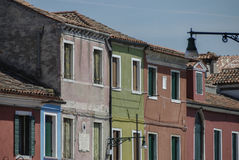BURANO, ITALIE - 18 AVRIL 2009 : Rue avec les bâtiments colorés en île de Burano, une petite ville aimable complètement des canau Photos stock
