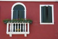 BURANO, ITALIE - 18 AVRIL 2009 : Rue avec les bâtiments colorés en île de Burano, une petite ville aimable complètement des canau Photo libre de droits