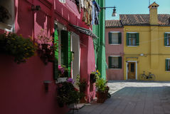 BURANO, ITALIE - 18 AVRIL 2009 : Rue avec les bâtiments colorés en île de Burano, une petite ville aimable complètement des canau Photos libres de droits