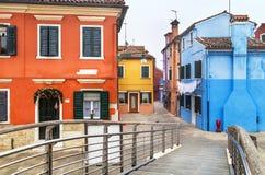 """Burano Italien †""""December 22, 2015: Välkomnande till den berömda Burano ön! Venetian lagun italy Arkivbild"""