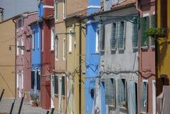 BURANO ITALIEN - APRIL 18, 2009: Gata med färgrika byggnader i den Burano ön, en artig liten stad mycket av kanaler, nära Venic Arkivbilder
