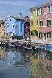 BURANO - ITALIEN, AM 18. APRIL 2009: Panoramablick von bunten Gebäuden und von Booten vor einem Kanal bei Burano Stockbild