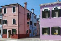 BURANO - ITALIEN, APRIL 18, 2009: Panoramautsikt av färgrika byggnader och fartyg framme av en kanal på Burano Royaltyfria Foton