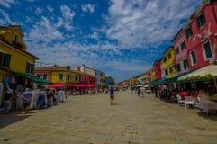 BURANO ITALIEN - JUNI 14, 2015: Turister förlägger utmärkt för att tycka om sommaren och för att ta några bilder av pinturesque B Arkivbild