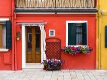 Burano Italien - 21 Maj 2015: Röd målad byggnad En av modern Royaltyfri Bild