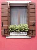Burano Italien - 21 Maj 2015: Röd målad byggnad Slut upp av w Fotografering för Bildbyråer