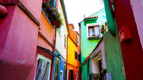 Burano kleurrijke de bouwarchitectuur in steeg Stock Foto