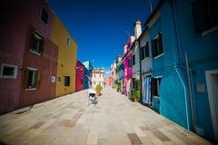 Burano - är en stad i nordöstra Italien som placeras på en grupp av många små öar som avskiljs av kanaler Royaltyfri Fotografi