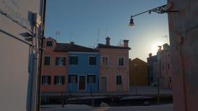 Burano ulica z coloured domami kanałem z cumować łodziami i, Włochy zbiory wideo