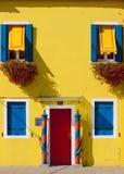 Burano Venedig lagun - gult hus Arkivfoto