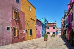 Burano, Veneza Arquitetura colorida das casas no quadrado verão 2017, Imagens de Stock Royalty Free