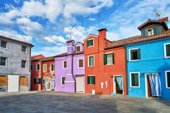 Burano, Veneza Arquitetura colorida das casas no quadrado verão, Itália Imagens de Stock Royalty Free
