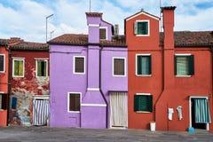 Burano, Veneza Arquitetura colorida das casas no quadrado verão, Itália Imagem de Stock