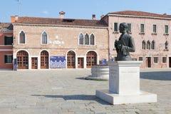 Burano, Veneza, Itália, vista do museu do laço na praça Galuppi Imagens de Stock