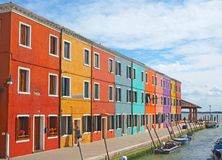 Burano, Venezia, Ιταλία Άποψη των ζωηρόχρωμων σπιτιών κατά μήκος των καναλιών στα νησιά στοκ εικόνα