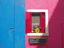 Burano, Venezia, Ιταλία Λεπτομέρειες των παραθύρων των ζωηρόχρωμων σπιτιών στο νησί Burano Στοκ Εικόνες