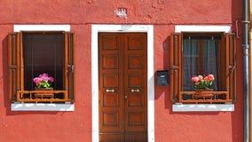 Burano, Venezia, Италия Детали окон и дверей красочных домов в острове Burano Стоковые Изображения