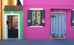 Burano, Venezia, Италия Детали окон и дверей красочных домов в острове Burano Стоковое фото RF