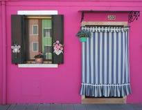 Burano, Venezia, Италия Детали окон и дверей красочных домов в острове Burano Стоковая Фотография RF