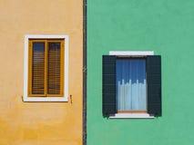 Burano, Venezia, Италия Детали окон красочных домов в острове Burano Стоковое Фото