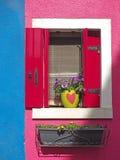 Burano, Venezia, Италия Детали окон красочных домов в острове Burano Стоковая Фотография