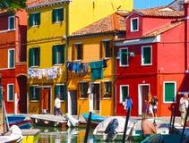 Burano, Venezia ha dipinto le case con la lavanderia d'attaccatura, canale a del mare Fotografia Stock