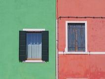 Burano, Venezia, Itália Detalhes das janelas das casas coloridas na ilha de Burano imagens de stock royalty free