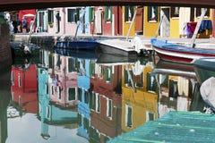 Burano, Venezia, Italia: alloggia la riflessione nel canale Immagine Stock Libera da Diritti