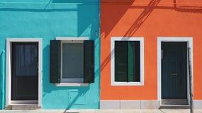 Burano, Venezia, Italia Dettagli delle finestre e delle porte delle case variopinte nell'isola di Burano Fotografie Stock Libere da Diritti