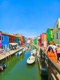 Burano, Venezia, Italia - 10 maggio 2014: Vecchie case variopinte sull'isola Fotografie Stock Libere da Diritti