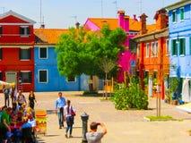 Burano, Venezia, Italia - 10 maggio 2014: Vecchie case variopinte sull'isola Fotografie Stock