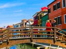 Burano, Venezia, Italia - 10 maggio 2014: Vecchie case variopinte sull'isola Fotografia Stock Libera da Diritti