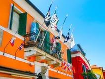 Burano, Venezia, Italia - 10 maggio 2014: Vecchie case variopinte sull'isola Immagini Stock