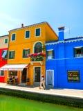 Burano, Venezia, Italia - 10 maggio 2014: Vecchie case variopinte sull'isola Fotografia Stock
