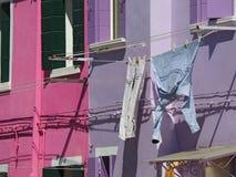 Burano, Venezia, Italia Via con le case variopinte con la lavanderia sulla facciata Fotografia Stock
