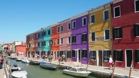Burano, Venezia, Italia Vista de las casas coloridas a lo largo de los canales en las islas metrajes
