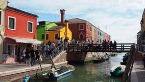 Burano, Venezia, Italia Vista delle case variopinte lungo i canali alle isole durante il fine settimana con molti turisti archivi video