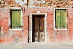 Burano, Venezia, Italie Détails des fenêtres et des portes des maisons colorées en île de Burano image stock