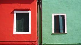 Burano, Venezia, Italie Détails des fenêtres des maisons colorées en île de Burano photographie stock libre de droits