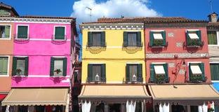 Burano, Venezia, Italie Vue des maisons colorées le long des canaux aux îles photos libres de droits