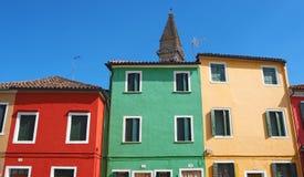 Burano, Venezia, Italie Vue des maisons colorées le long des canaux aux îles image stock