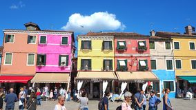 Burano, Venezia, Italien Ansicht der bunten Häuser entlang den Kanälen in den Inseln lizenzfreies stockbild