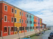 Burano, Venezia, Italien Ansicht der bunten Häuser entlang den Kanälen in den Inseln lizenzfreie stockfotografie