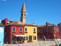 Burano, Venezia, Italien Bunte Häuser in Burano-Insel und im berühmten gekrümmten Glockenturm stockfotos